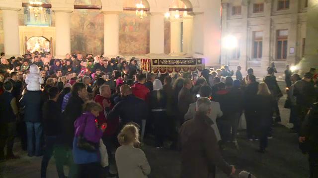 Slujbă impresionantă la Patriarhie, în Vinerea Mare. Preoţii au înconjurat biserica cu Sfântul Epitaf