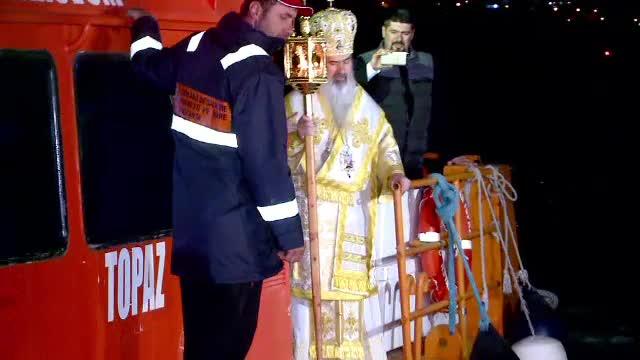 Slujbă de Înviere întârziată, la Constanţa, din cauză că Arhiepiscopul Teodosie a ţinut să vină cu barca