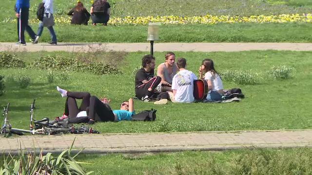 """Bucureștenii au ieșit în parcuri, de Paște: """"Îmi place să stau pe iarba verde, să mă relaxez"""""""