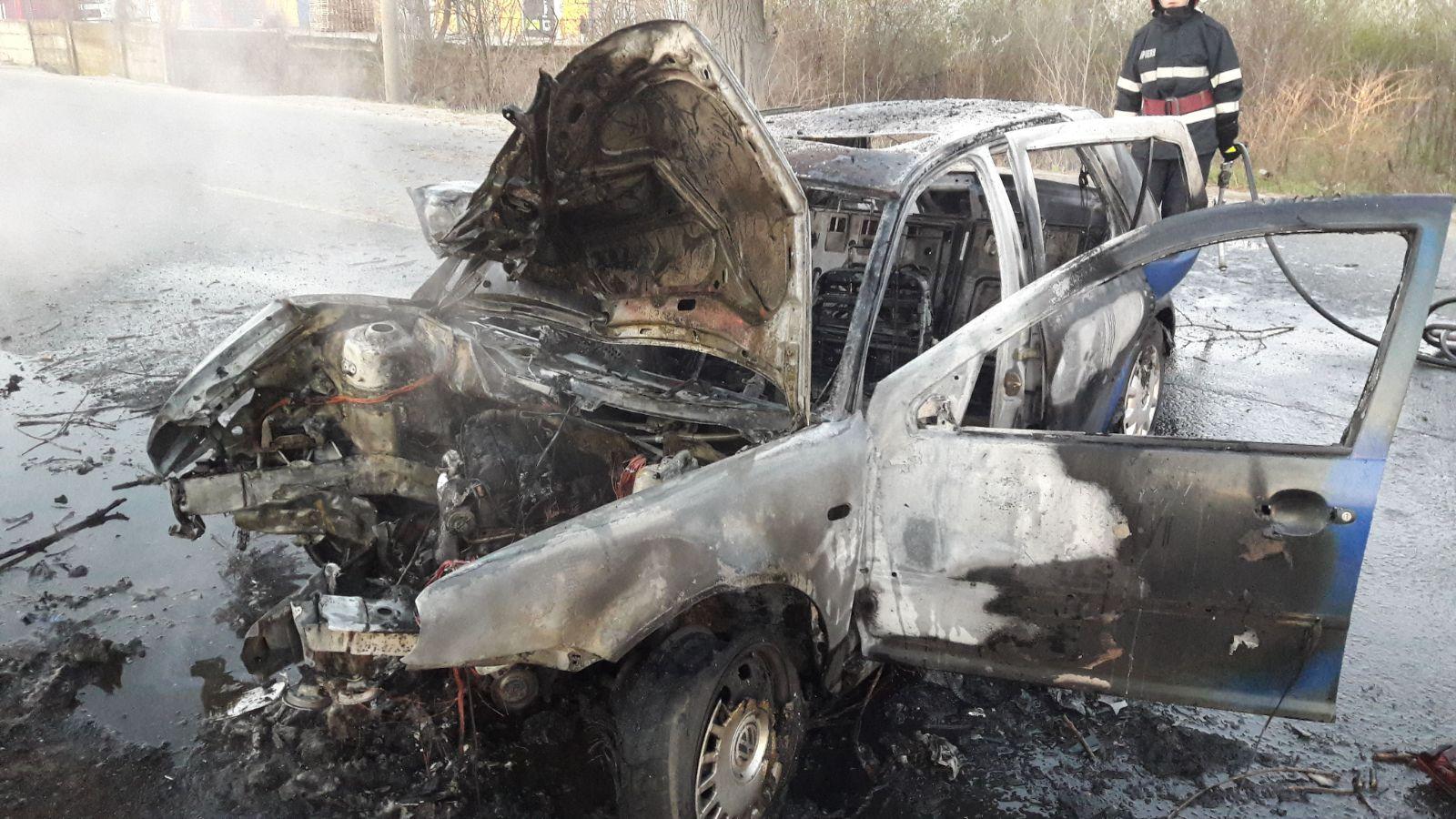 Un şofer a intrat într-un copac pe Centura Capitalei, iar maşina lui a luat foc