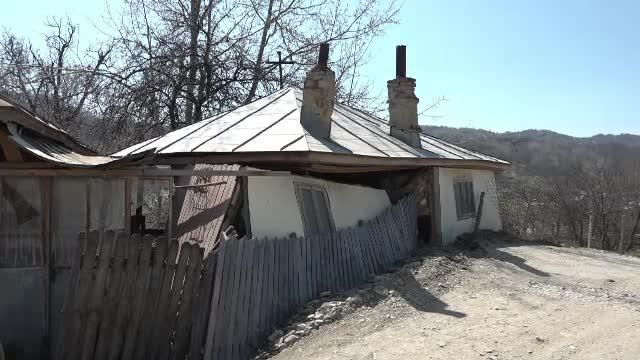 Un sat din Vrancea riscă să fie ras de pe faţa pământului din cauza alunecărilor de teren