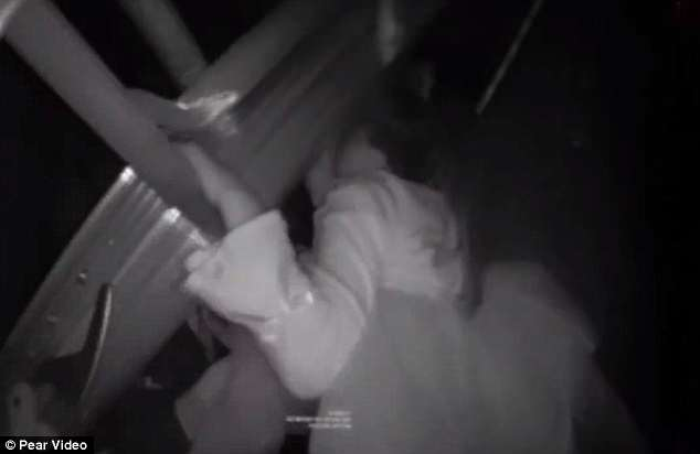 Momentul în care o fetiță este salvată din puțul unui lift. Cum a ajuns acolo. VIDEO