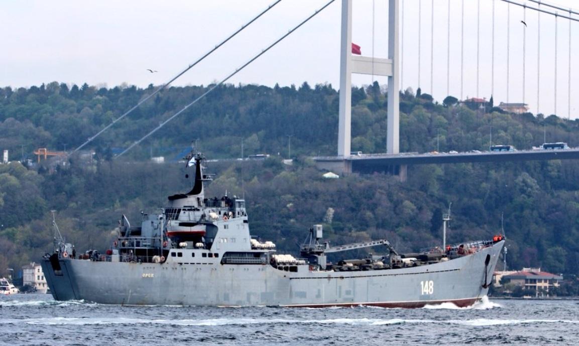 Nave militare rusești care aduceau tancuri, fotografiate în drum spre Siria