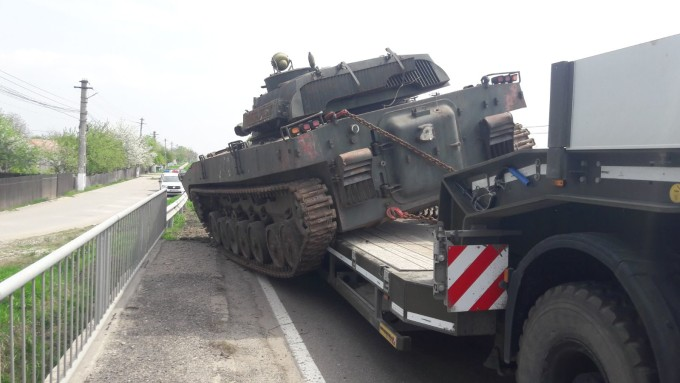 Un tanc militar a alunecat de pe platforma, pe un drum national. Reactia soldatilor