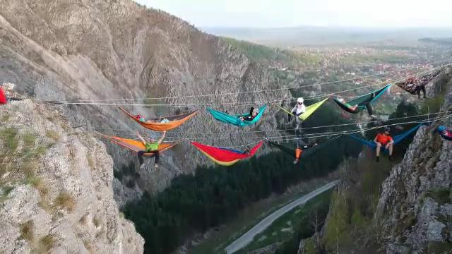Imagini spectaculoase în România. În hamace la înălțime, deasupra stâncilor