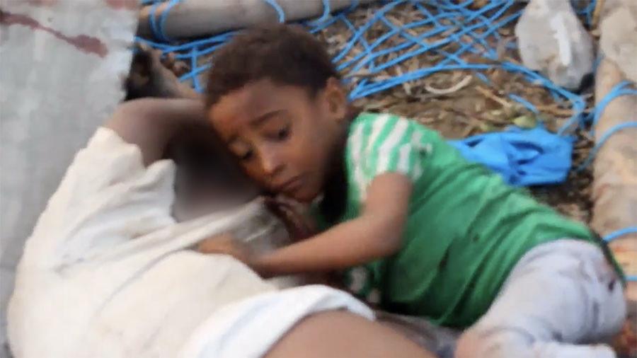 Băiețel agățat de trupul tatălui mort după bombardament, imagine puternică a războiului din Yemen
