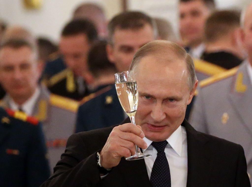 Viitorii acoliţi ai lui Putin, puşi să sară de pe stânci şi să stea sub tanc