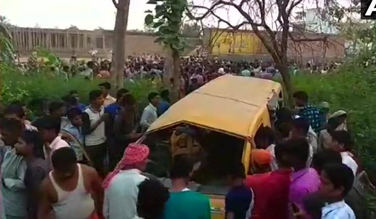 Cel puțin 13 copii au murit în India, după ce autobuzul şcolar în care se aflau a fost lovit de tren