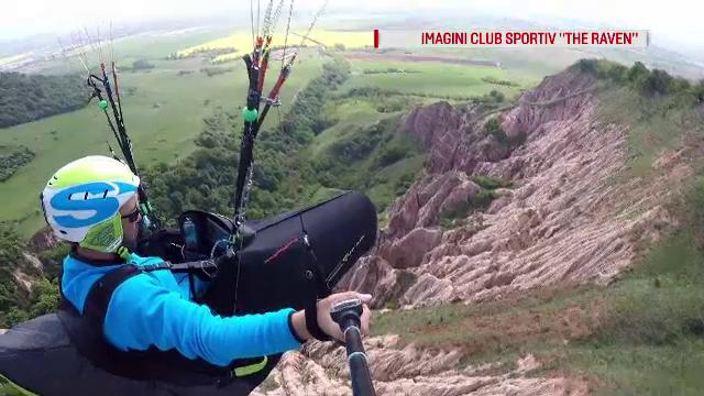 Aventură cu parapanta în Micul canion al României. Are o vechime de 60 de milioane de ani
