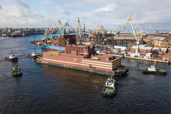 """Controversata centrală nucleară plutitoare rusă, lansată pe mare. Greenpeace: """"Cernobîl plutitor"""""""