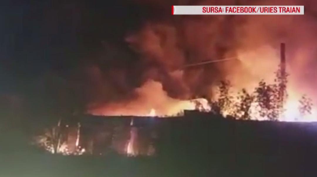 Incendiu puternic izbucnit la o fabrică de mase plastice din Hunedoara