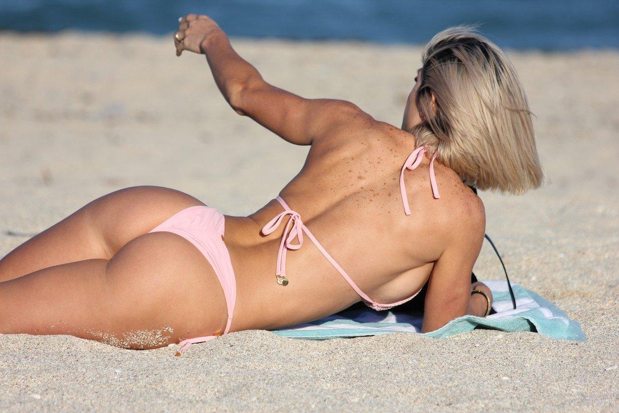 Cel mai sexy model fitness, fotografiat pe plajă. Cum arată iubitul ei. GALERIE FOTO