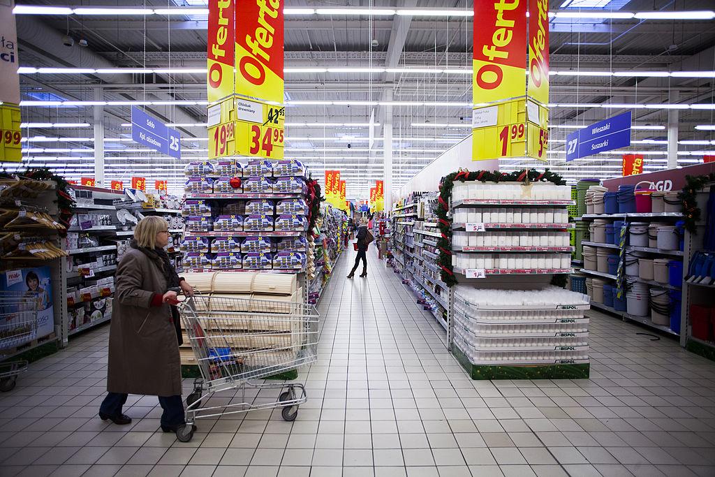Borsete cu însemne naziste, vândute într-un hypermarket.