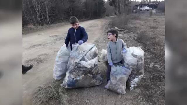 Doi copii au curăţat singuri o stradă din Vatra Dornei. Reacţia primarului şi ministrului