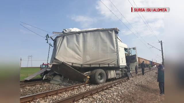 Camion lovit de tren, lângă Feteşti. Greşeala făcută de şofer