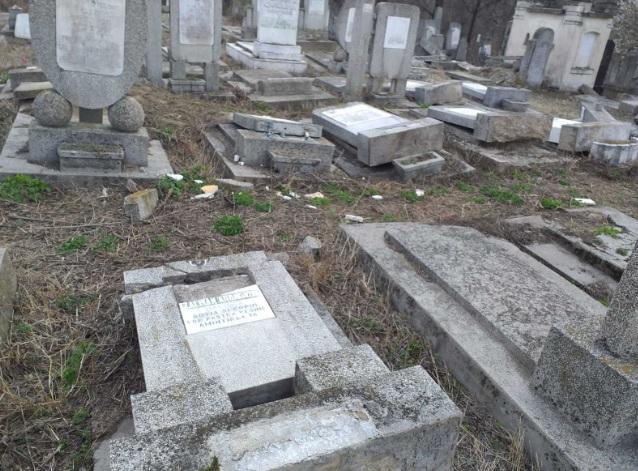 Zeci de morminte funerare dintr-un cimitir evreiesc au fost vandalizate