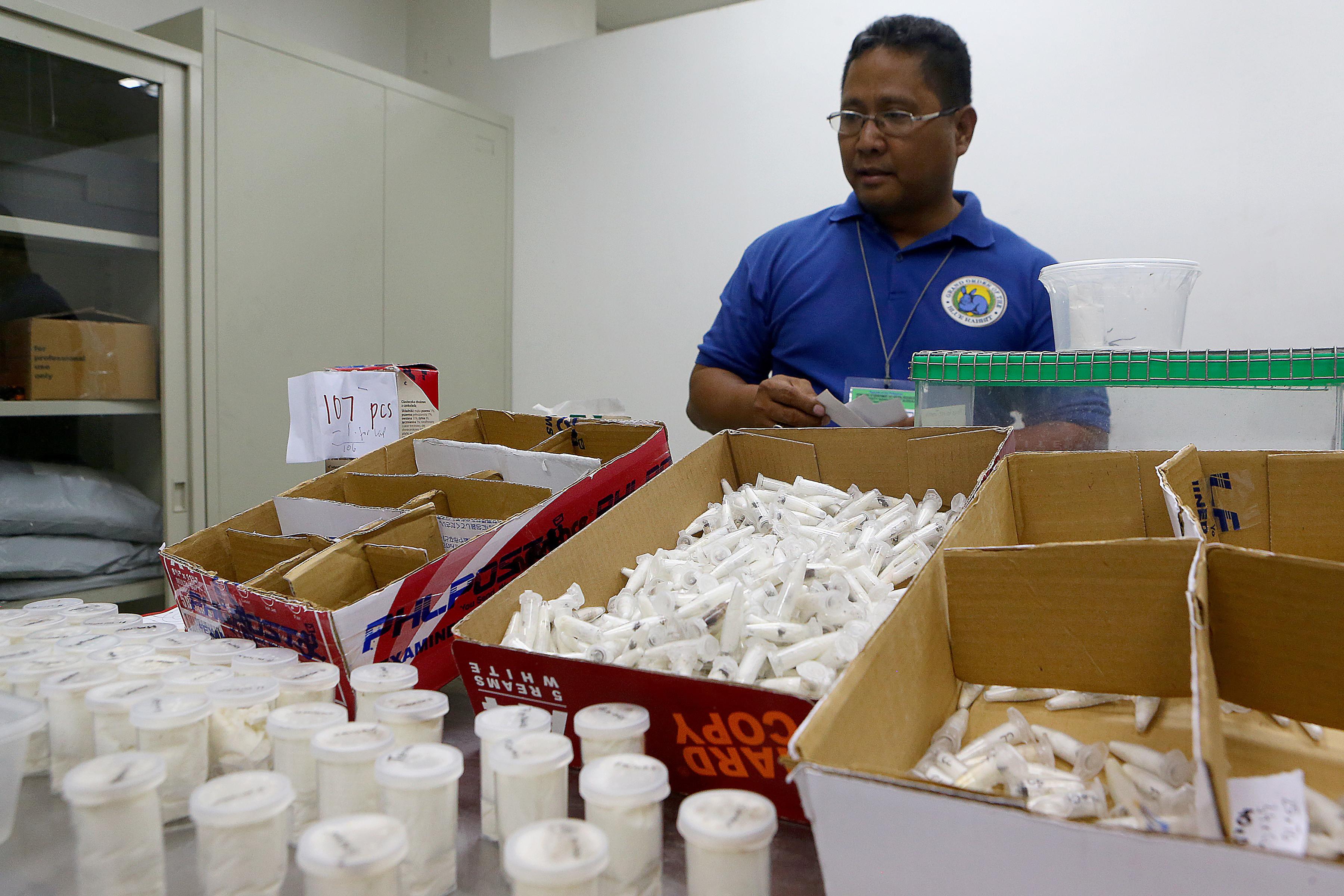 Descoperire impresionantă într-un colet trimis în Filipine, printre biscuiți, cereale și ceai
