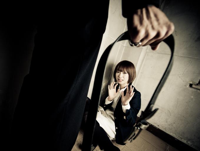 Vedetă în fruntea unei secte care abuza sclave sexuale. Torturile la care erau supuse