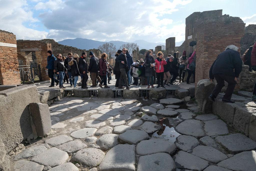 Ce a pățit o turistă britanică prinsă furând bucați dintr-un mozaic în Pompeii