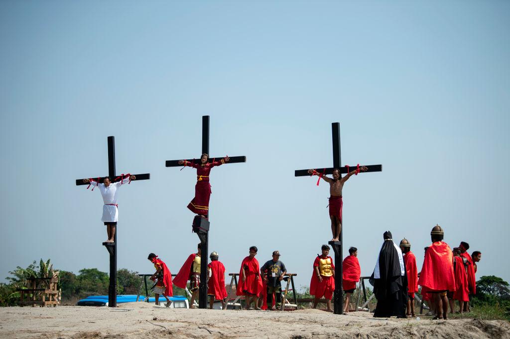 Credincioși catolici crucificați asemenea lui Iisus. Ritualul condamnat de Biserică