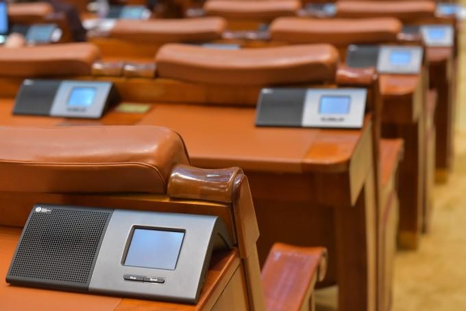 USR PLUS propune ca parlamentarii care vor vota la dublu să piardă peste 80% din indemnizaţie