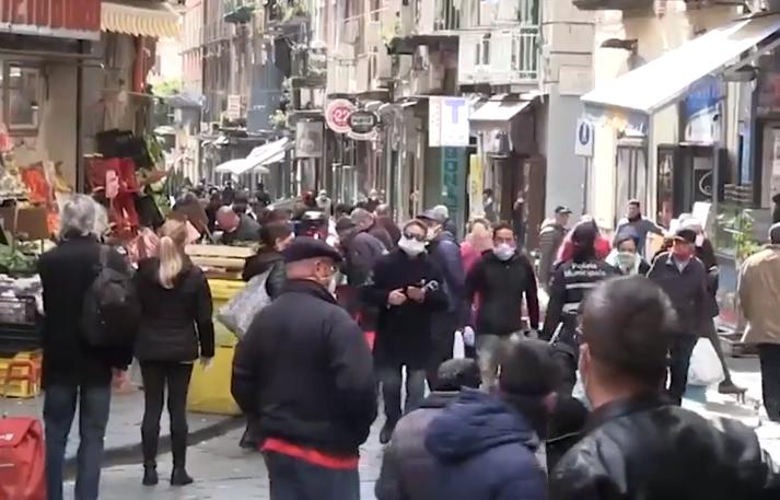 Carantină încălcată în Italia. Mii de oameni au ieșit la plimbare în Napoli. VIDEO