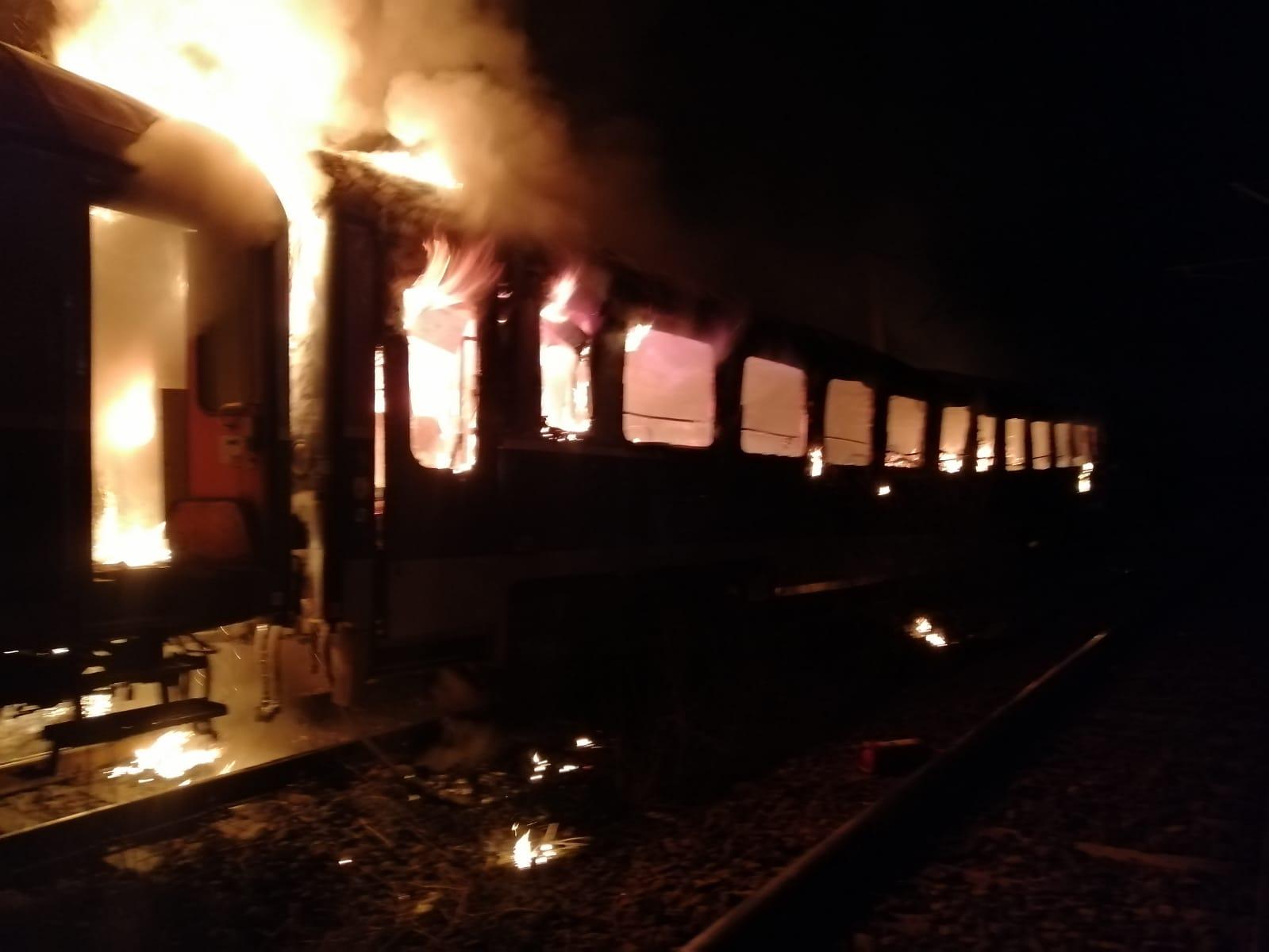 Cadavrul carbonizat al unei persoane, găsit într-un vagon de tren care a luat foc. FOTO