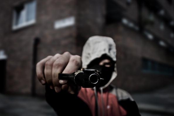 Ce au pățit doi tineri din Dolj după ce s-au lăudat cu un pistol pe Facebook