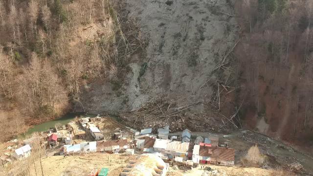 Pericolul nu a trecut la Azuga. Imagini din dronă cu dezastrul provocat de alunecarea de teren