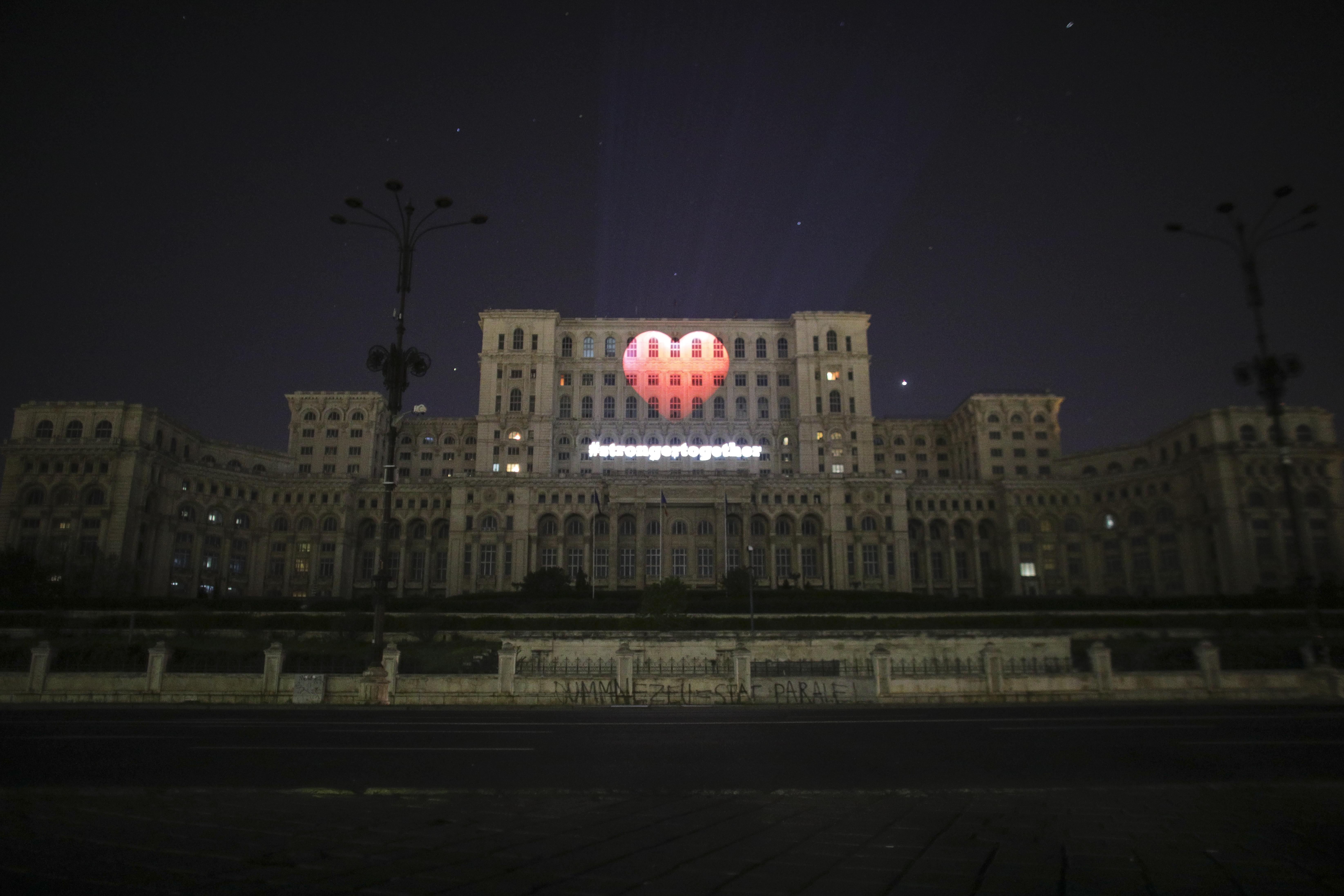 Mesaj de încurajare pentru români, proiectat pe Casa Poporului