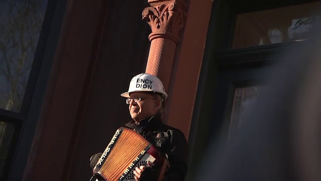 """Un bărbat ține concerte la acordeon pentru vecinii săi. """"Ce poate fi mai normal"""""""