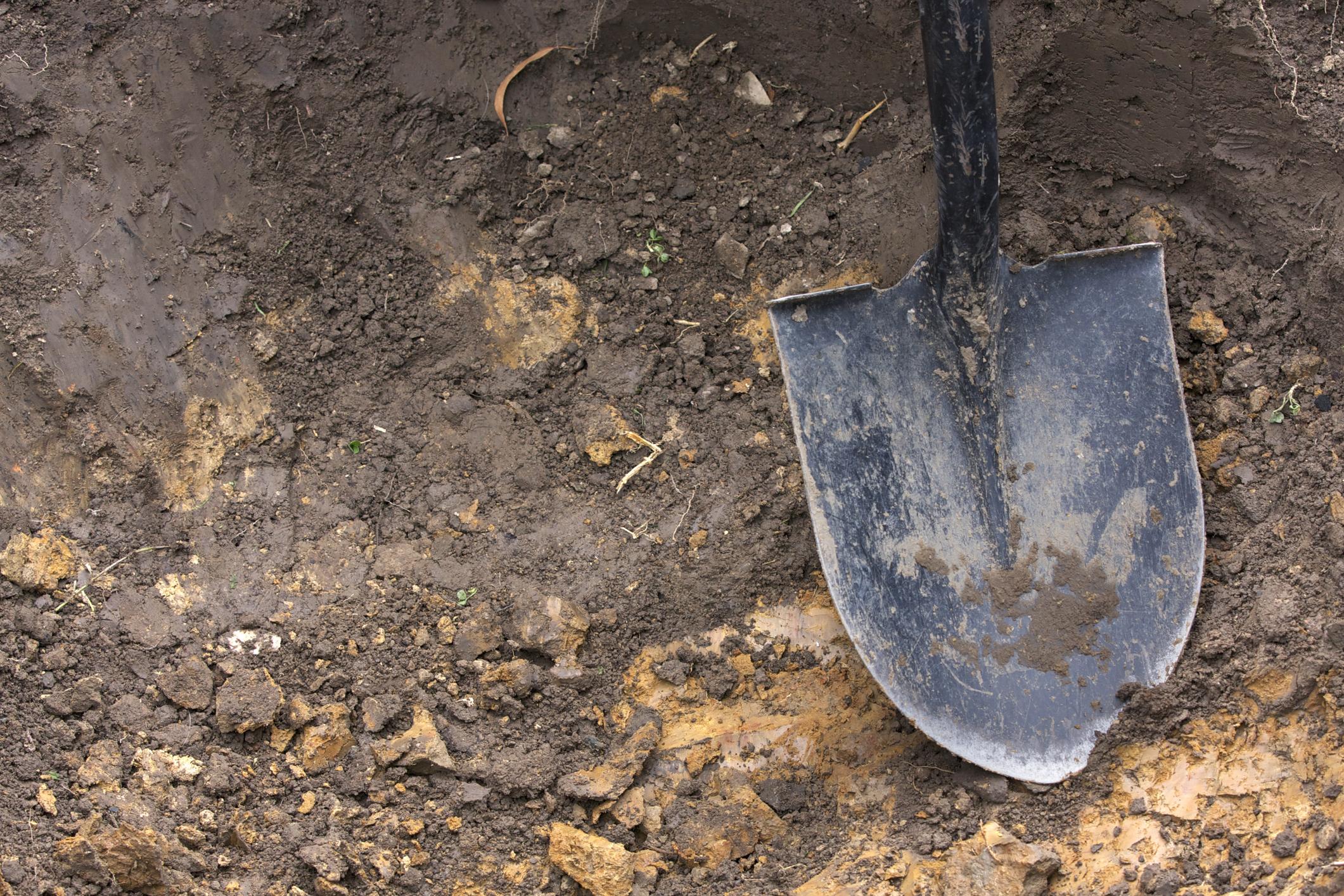 Din cauza valului de decese din ultimele zile, autoritățile din Botoșani au închiriat un excavator cu care sa sape gropile