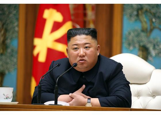 Comuniștii din Coreea de Nord le interzic tinerilor să poarte blugi mulați și să se tundă modern