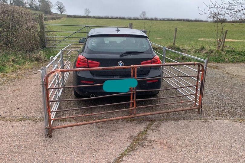Un fermier a construit un gard metalic în jurul unui BMW care i-a blocat poarta