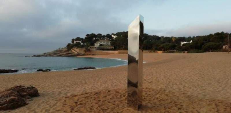 Monolitul apărut pe o plajă din Spania, similar celui din Utah, a fost vandalizat