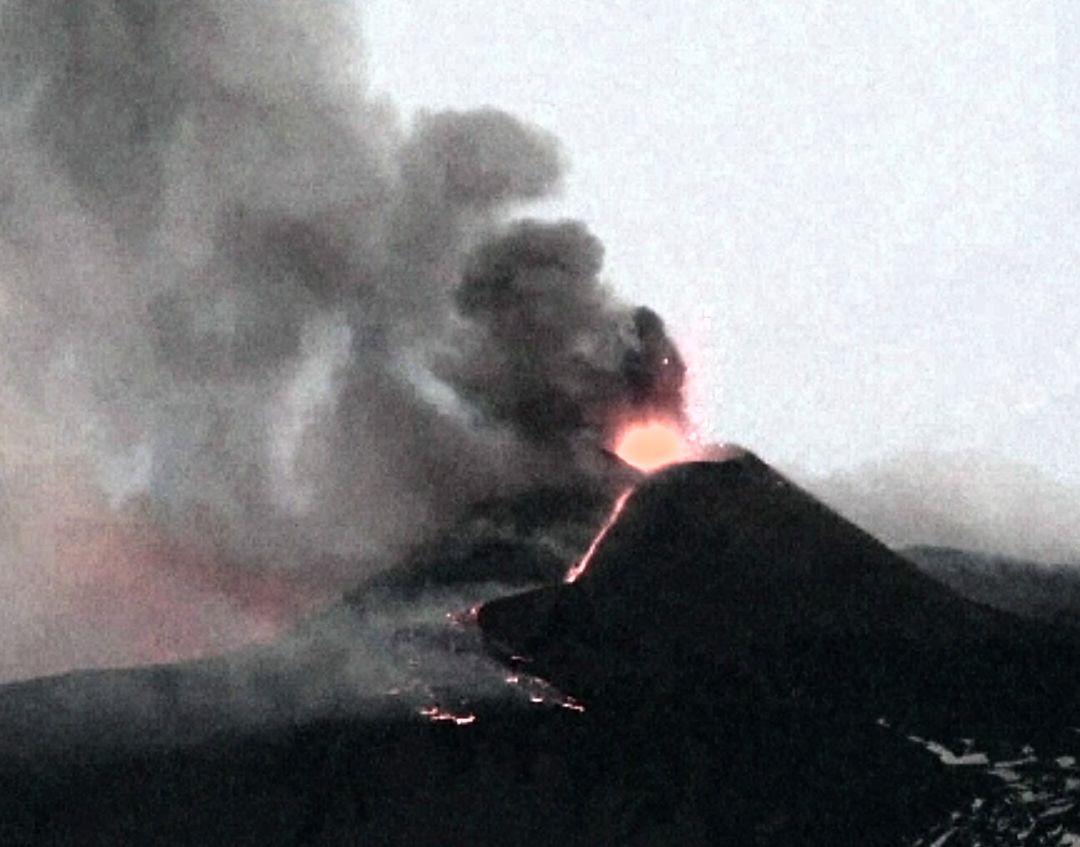 Vulcanul Etna a erupt din nou. Traficul aerian a fost deviat