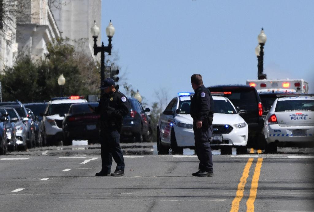 Alertă la Capitoliul din Washington. Doi poliţişti au fost loviţi de o maşină