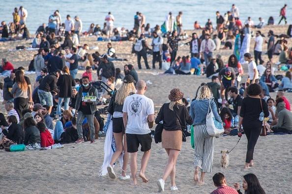 Plajele din Catalonia au fost pline sâmbătă. Oamenii au ignorat restricţiile legate de Covid-19. GALERIE FOTO