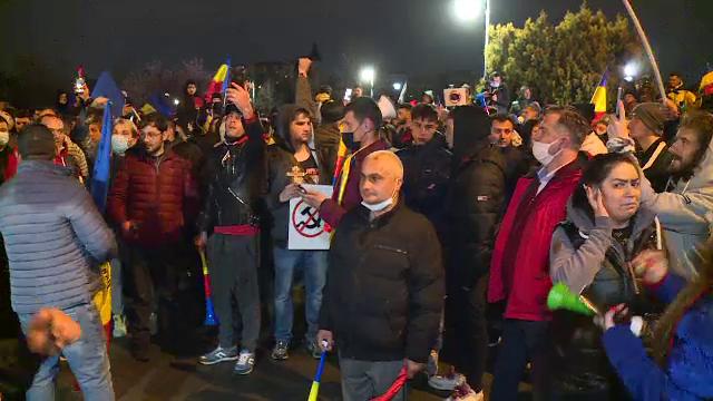 Un nou protest față de restricții în București. Sute de persoane, fără măști și distanțare