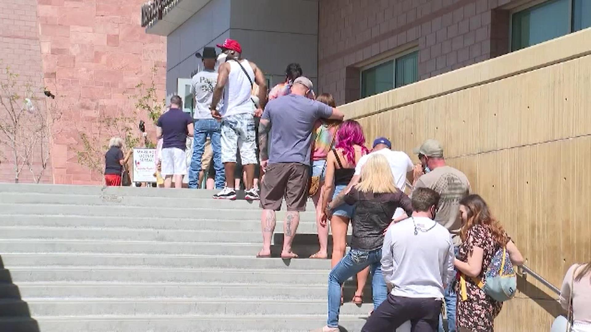 Capelele din Las Vegas au fost pline în weekend. Motivul pentru care sute de cupluri au vrut să se căsătorească