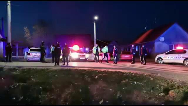 Scandal cu împuşcături în Satu Mare. Polițiștii, atacați cu bolovani de localnici