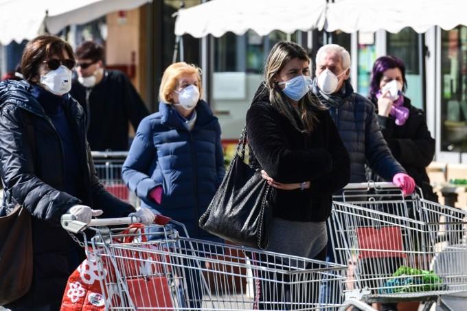 Prefectul Capitalei caută soluții pentru aglomerația din magazine. Ce reguli vor trebui respectate