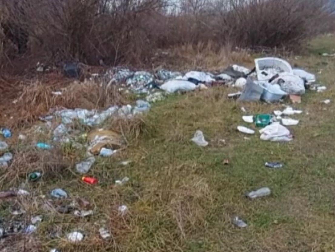 Un activist a sesizat Garda de Mediu despre gunoaiele de la marginea unui râu din Bistrița. Ce s-a întâmplat după 30 de zile