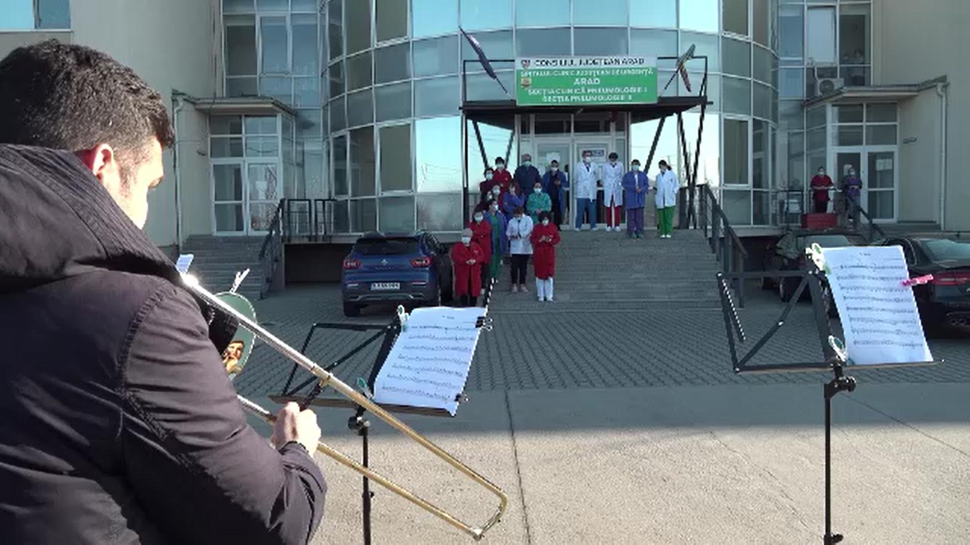 Cinci tineri muzicieni ai filarmonicii Arad au susținut un recital în curtea secțiilor COVID din oraș
