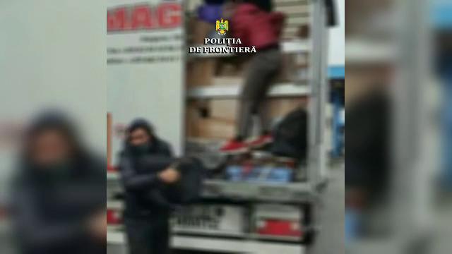 Zeci de migranți găsiți ascunși în TIR-uri, la granița cu Ungaria
