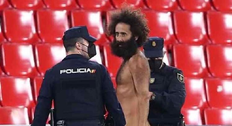 VIDEO. Un bărbat a intrat dezbrăcat pe teren la meciul Granada - Manchester United, din sferturile Europa League