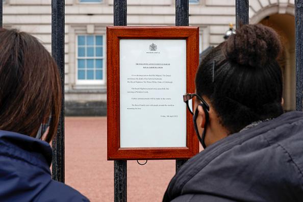 Mesajul afișat pe poarta Palatului Buckingham, după decesul Prințului Philip al Marii Britanii
