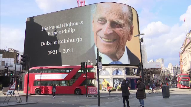 Numeroși britanici s-au adunat în fața Palatului Buckingham, cu flori și mesaje de rămas bun, după decesul prințului Philip