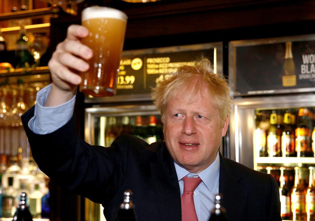 Anglia se pregătește să se îmbete, după 4 luni de carantină. Boris Johnson însuși va merge în pub să bea o bere