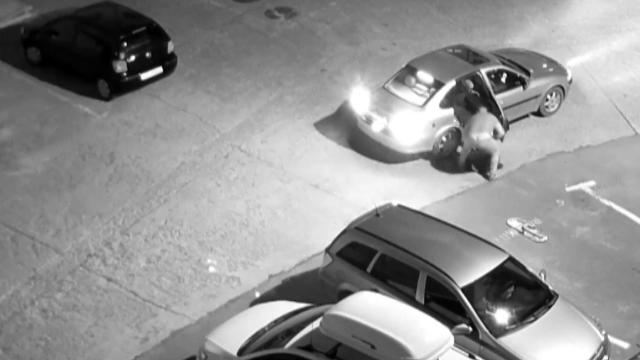 Polițiștii din Onești încearcă să găsească bărbatul care a furat un capac de canal din oraș
